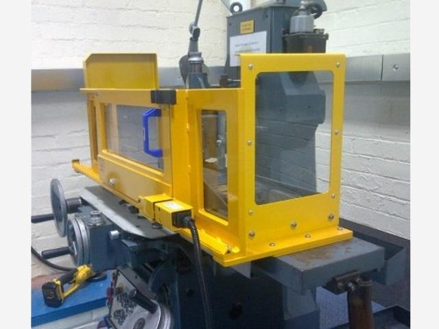 Schutzeinrichtung-fur-Flach-Schleifmaschinen-TA-SL-seitliche-Ansicht-Schutzfenster-aus-schlagfestem-Polycarbonat